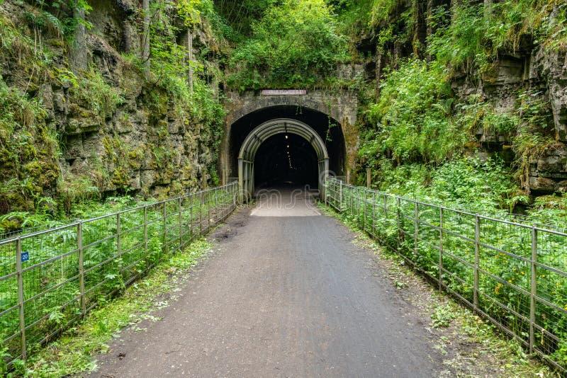 La entrada al túnel de la lápida mortuoria, Derbyshire, Inglaterra, Reino Unido imagenes de archivo