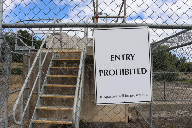 La entrada blanco y negro torcida prohibida, delincuentes será fotos de archivo