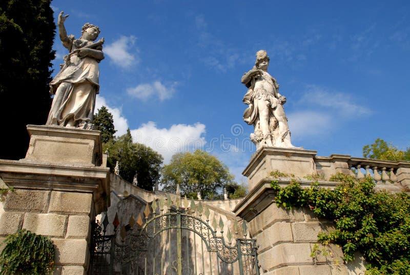 La entrada con las estatuas de la trayectoria eso lleva a la torre de Frederick II en Monselice a través de las colinas en el Vén foto de archivo