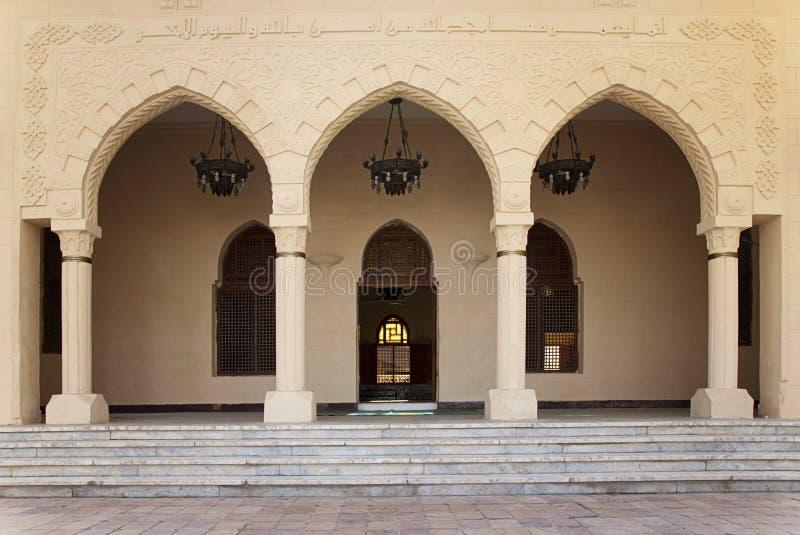 La entrada de la mezquita con las puertas se abre imagen de archivo libre de regalías
