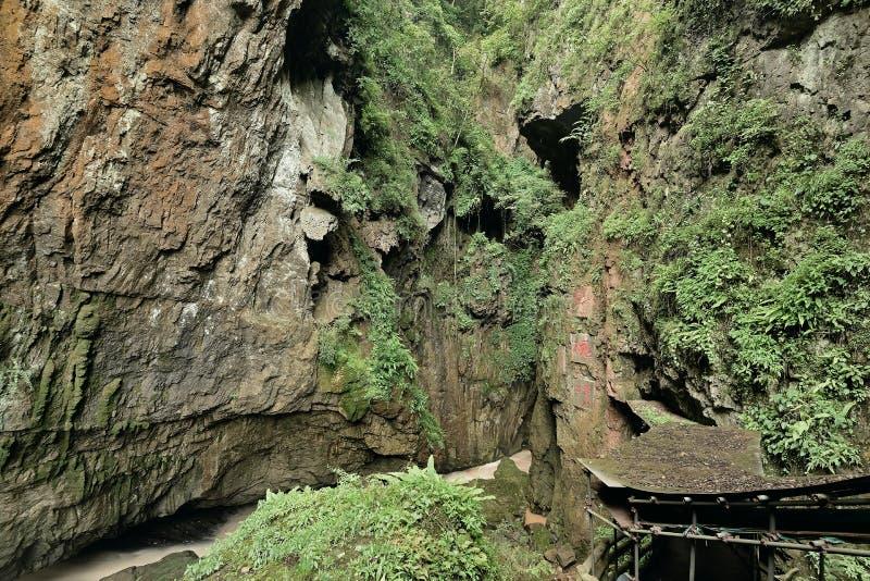 La entrada de las cuevas en cuevas de la estalactita de Jiuxiang imágenes de archivo libres de regalías