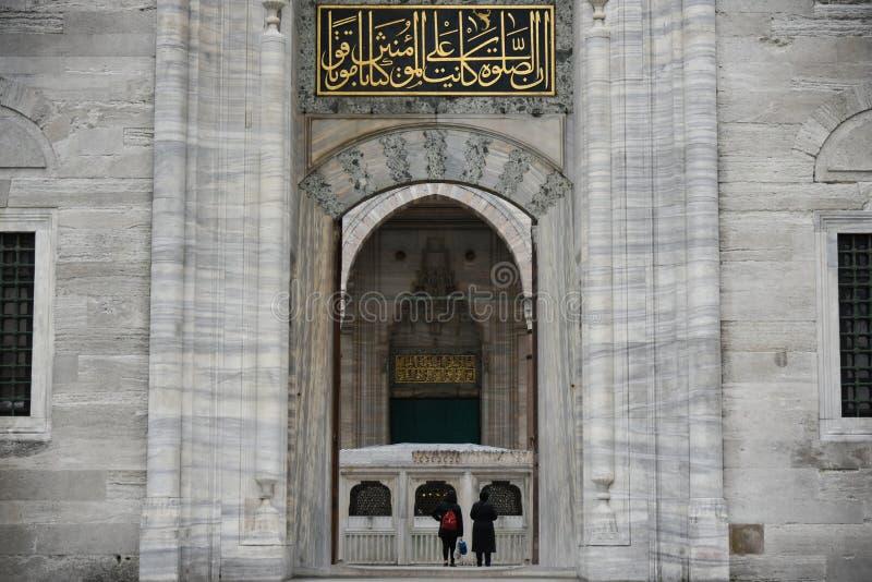 La entrada de la mezquita de Suleymaniye imagenes de archivo