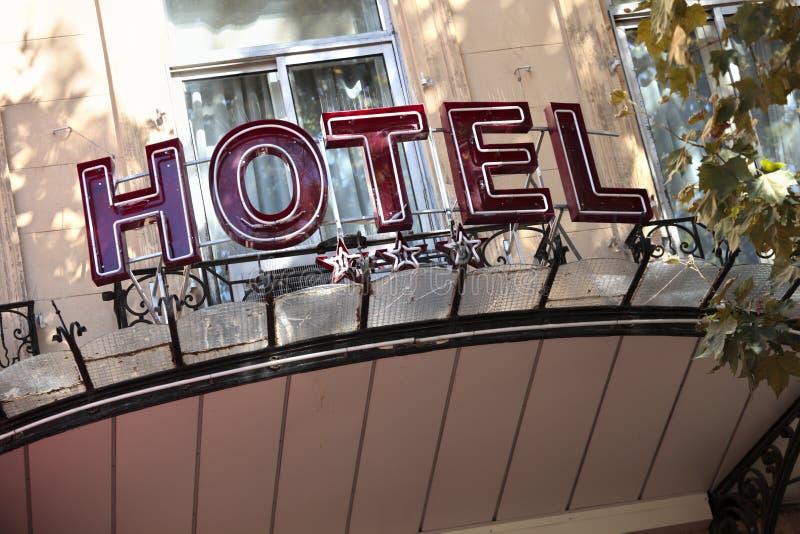 La entrada del hotel firma adentro París foto de archivo libre de regalías