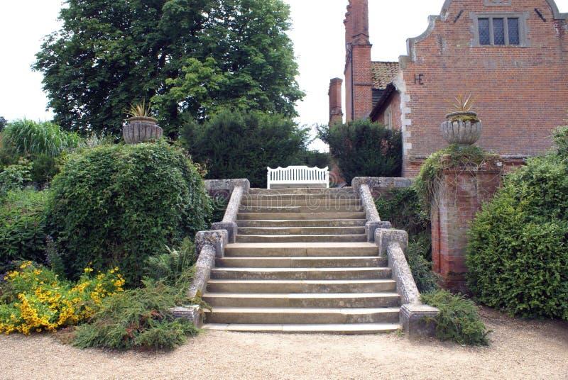 La entrada del jardín del castillo de Sudeley en Inglaterra foto de archivo