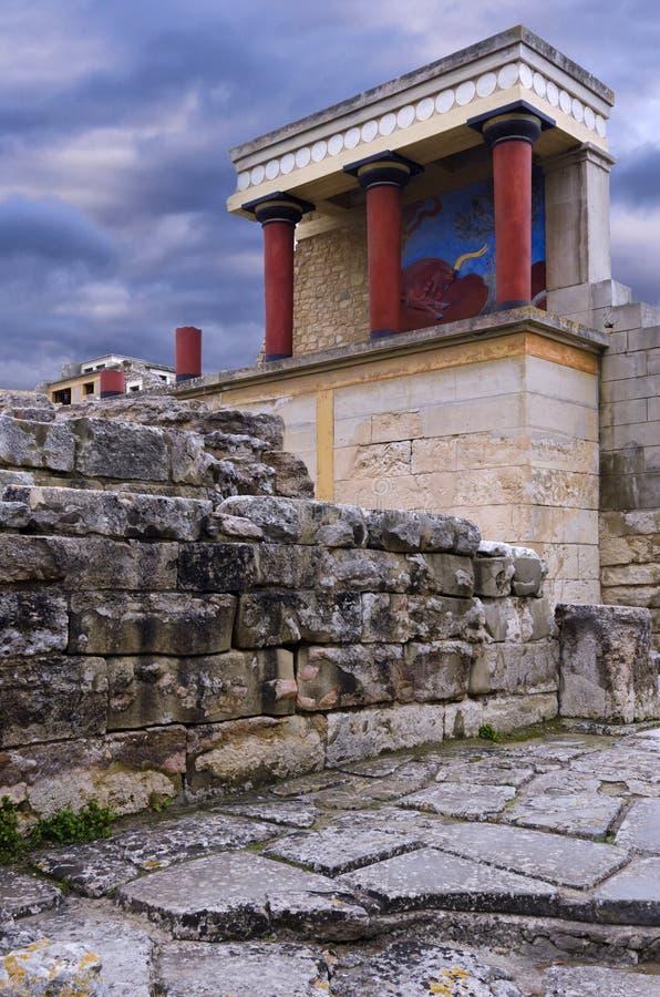 La entrada del norte del palacio minoan con el fresco de carga del toro foto de archivo