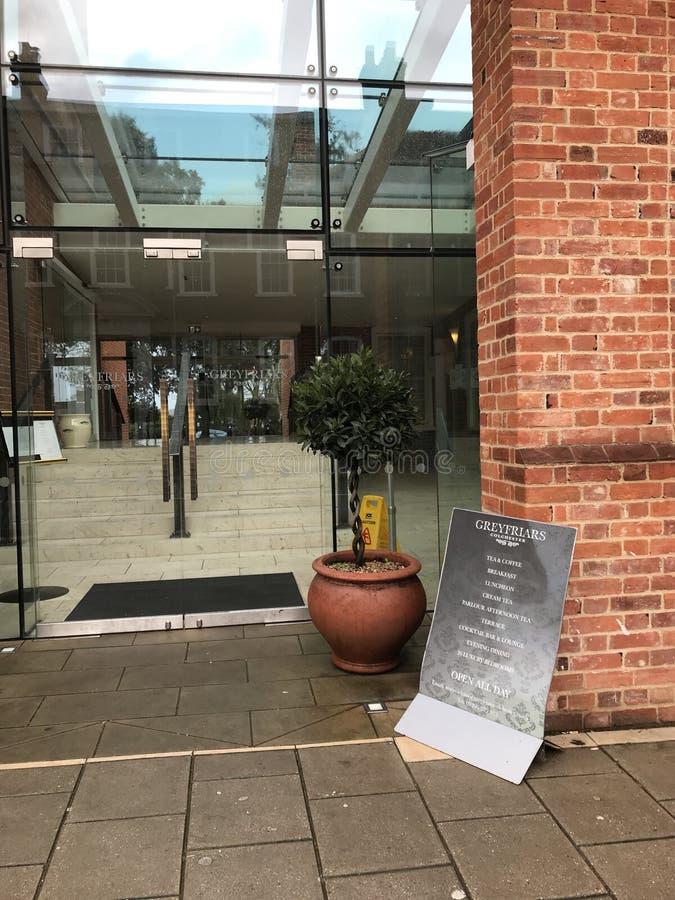 La entrada delantera al hotel histórico de GreyFriars, Colchester, Reino Unido imágenes de archivo libres de regalías