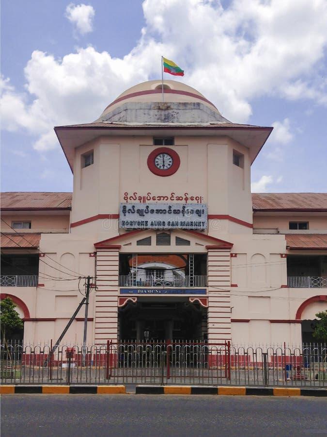 La entrada delantera del mercado cerrado de Bogyoke Aung San es Baza importante fotos de archivo libres de regalías