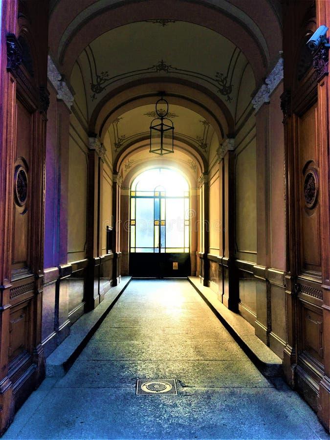 La entrada, el arte, la historia y la luz del edificio del estilo de la libertad en la ciudad de Turín, Italia fotos de archivo