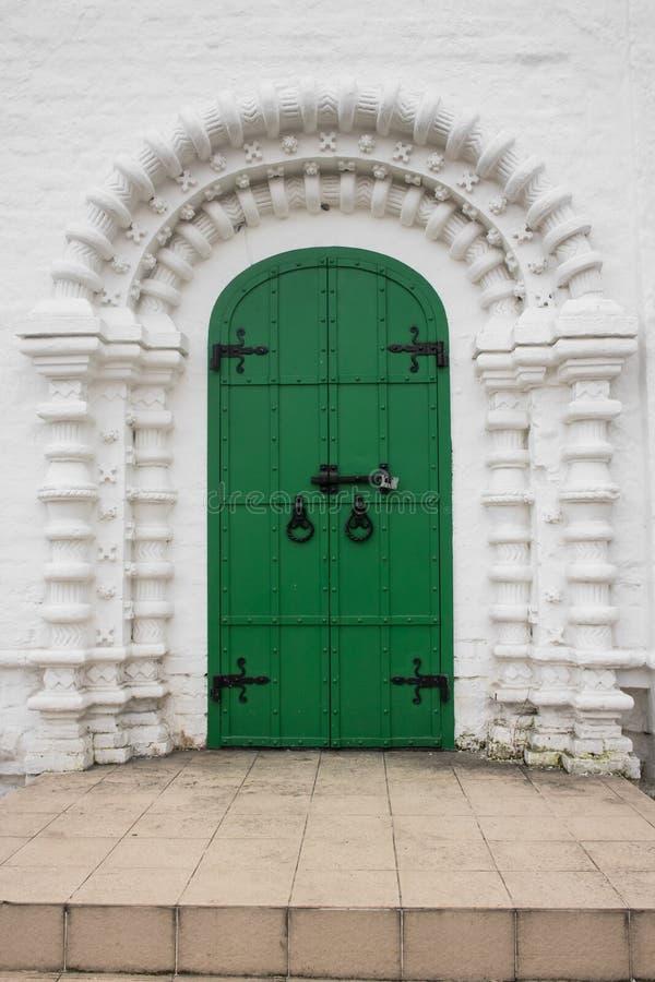 La entrada, enmarcada por un portal arqueado de la perspectiva en la tradición de la vieja arquitectura rusa fotografía de archivo libre de regalías