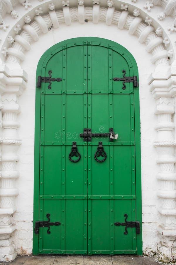 La entrada, enmarcada por un portal arqueado de la perspectiva en la tradición de la vieja arquitectura rusa foto de archivo
