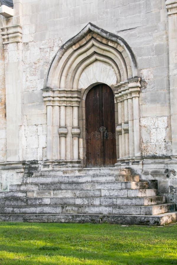 La entrada, enmarcada por un portal arqueado de la perspectiva en la tradición de la vieja arquitectura rusa imagen de archivo libre de regalías