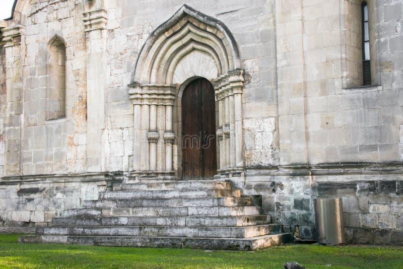 La entrada, enmarcada por un portal arqueado de la perspectiva en la tradición de la vieja arquitectura rusa imagenes de archivo