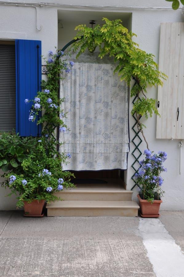La entrada hace la casa con las macetas foto de archivo