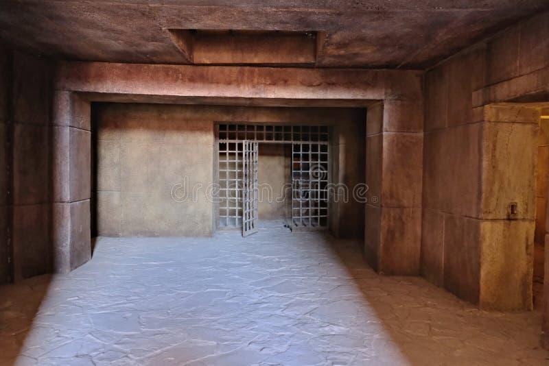 La entrada a la mazmorra oscura con paredes de bloques de cemento grandes y un techo del hormigón reforzado monolítico, hecho en imagen de archivo libre de regalías