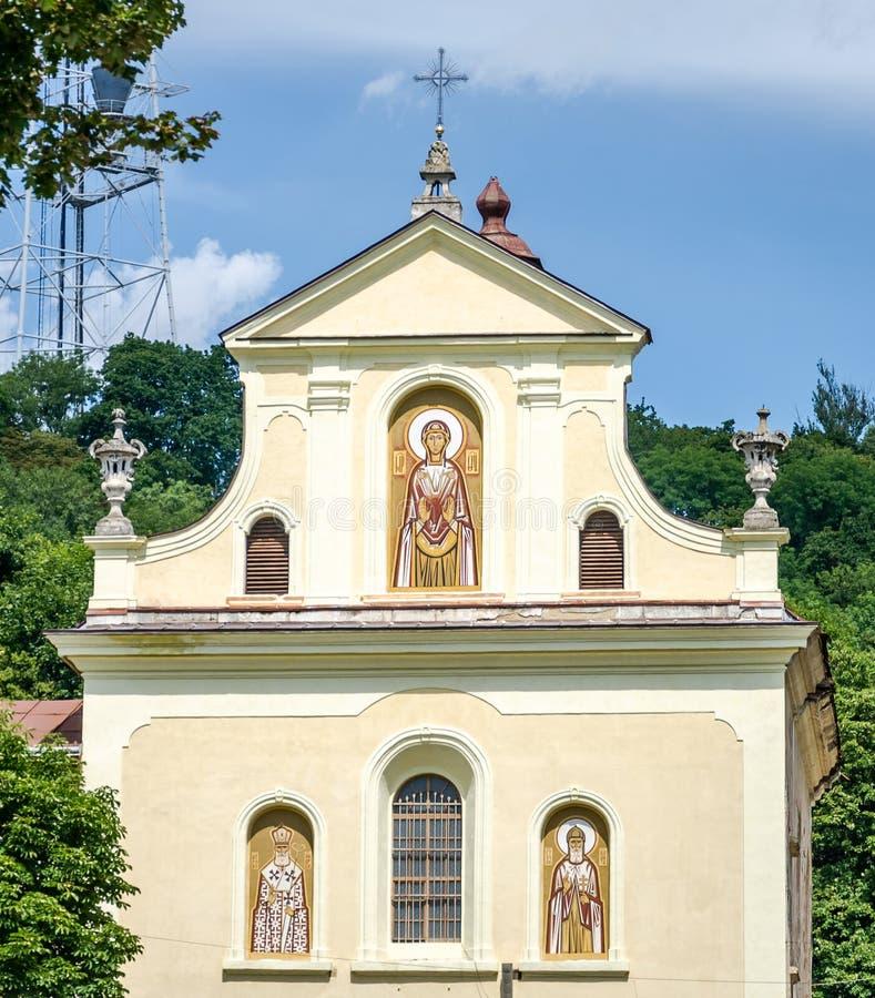 La entrada principal al templo del mártir Clement Sheptytsky con los iconos, las ventanas y una cruz en Lviv fotografía de archivo libre de regalías