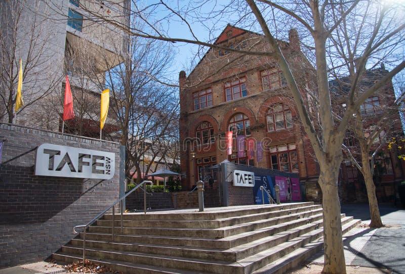 La entrada principal del campus del mes pasado de TAFE, es el proveedor más grande de la formación profesional de Australia imagen de archivo