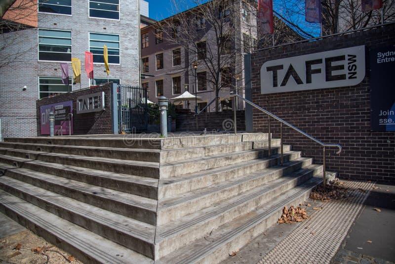 La entrada principal del campus del mes pasado de TAFE, es el proveedor más grande de la formación profesional de Australia fotografía de archivo