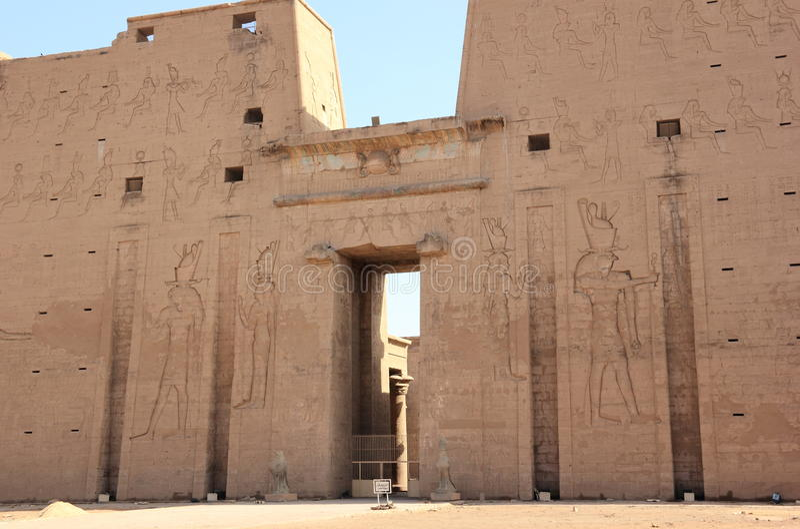 La entrada principal del templo de Edfu que muestra el primer pilón Egipto fotografía de archivo libre de regalías