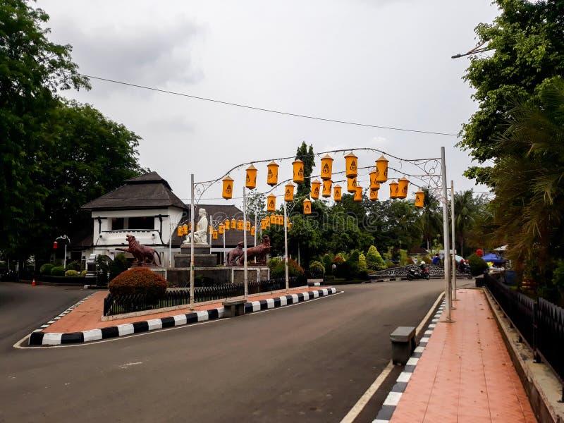 La entrada principal a la estación de Purwakarta que está situada en el área de Bandung, y es casera a un tren viejo e inusitado fotografía de archivo libre de regalías