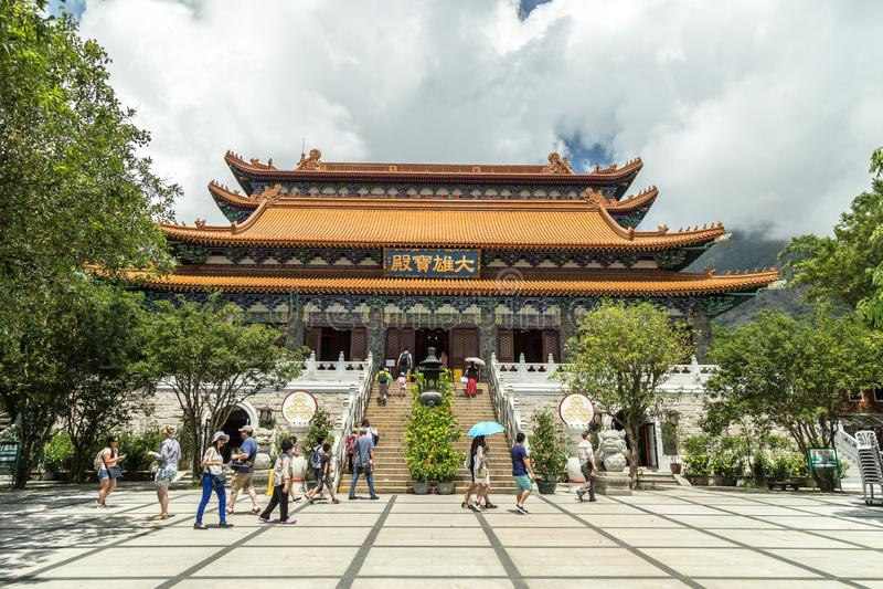 La entrada principal a Po Lin Monastery, un monasterio budista, situado en Ngong Ping Plateau, en la isla de Lantau, Hong Kong fotografía de archivo