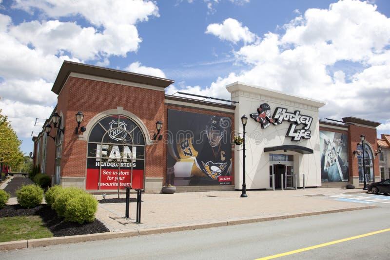 La entrada a la tienda de la vida del hockey profesional en Dartmouth con el jugador de hockey Sidney Crosby en la pared imagen de archivo