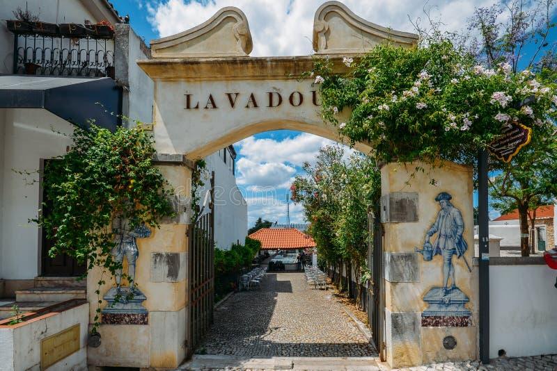 La entrada a un área tradicional del lavabo que se lavaba convirtió en un restaurante en el pueblo encantador de Azeitao, Portuga foto de archivo libre de regalías