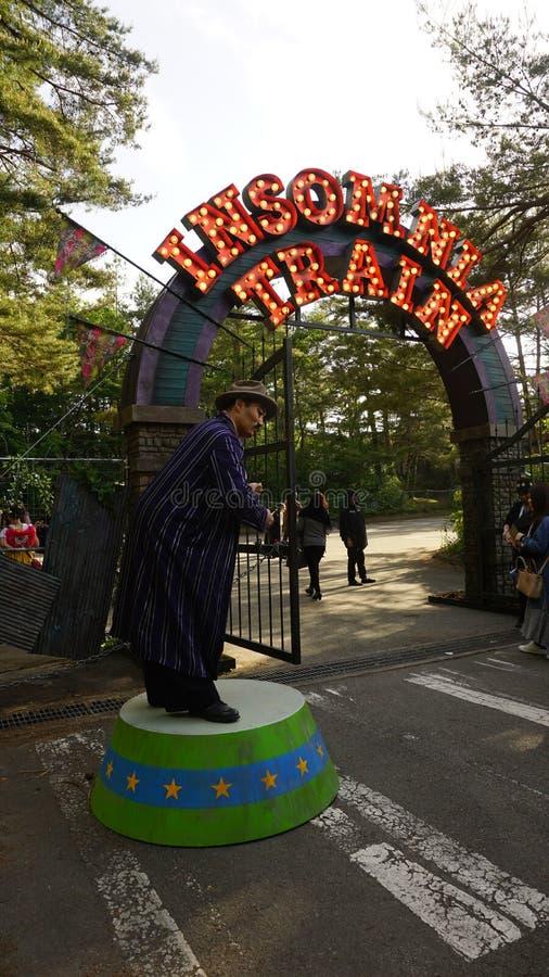 La entrada y un ejecutante de un concierto al aire libre llamaron a Insomnia Train por SEKAI NINGÚN OWARI imagen de archivo