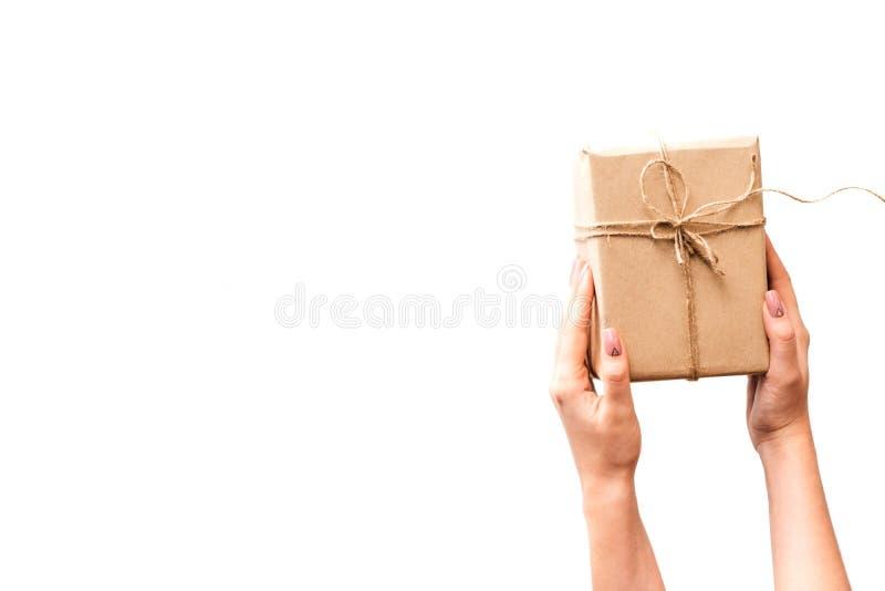 La entrega cuidadosa del regalo presenta el envío imagen de archivo