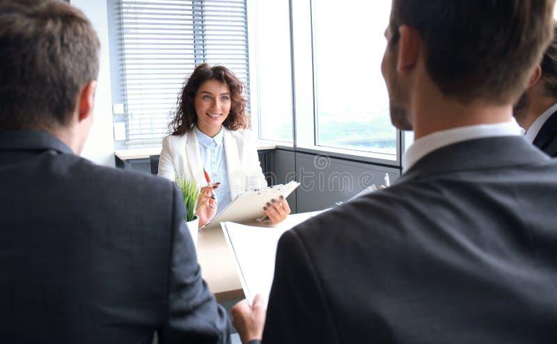 La entrevista de trabajo con el patrón, hombre de negocios escucha las respuestas del candidato imágenes de archivo libres de regalías