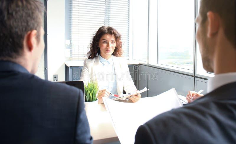 La entrevista de trabajo con el patrón, hombre de negocios escucha las respuestas del candidato fotos de archivo libres de regalías