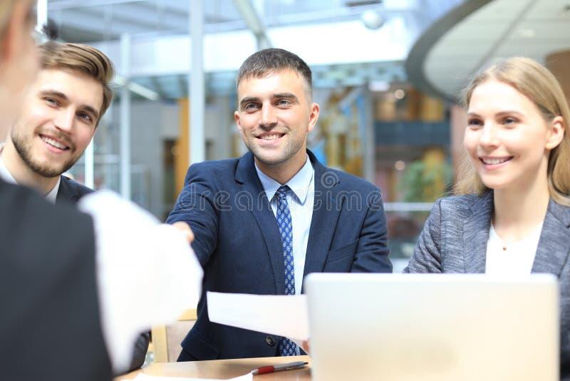 La entrevista de trabajo con el patr?n, hombre de negocios escucha las respuestas del candidato fotos de archivo libres de regalías