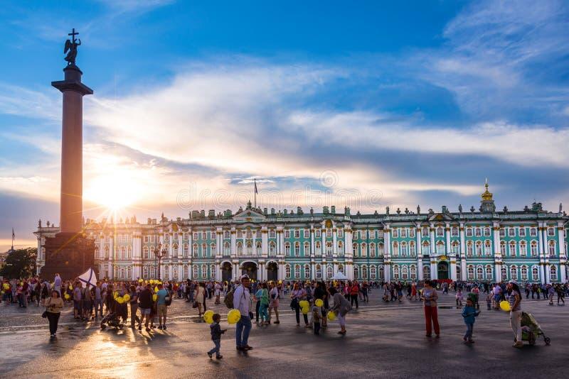 La ermita, el palacio del invierno y Alexander Column en la puesta del sol en el cuadrado del palacio, St Petersburg Rusia fotografía de archivo