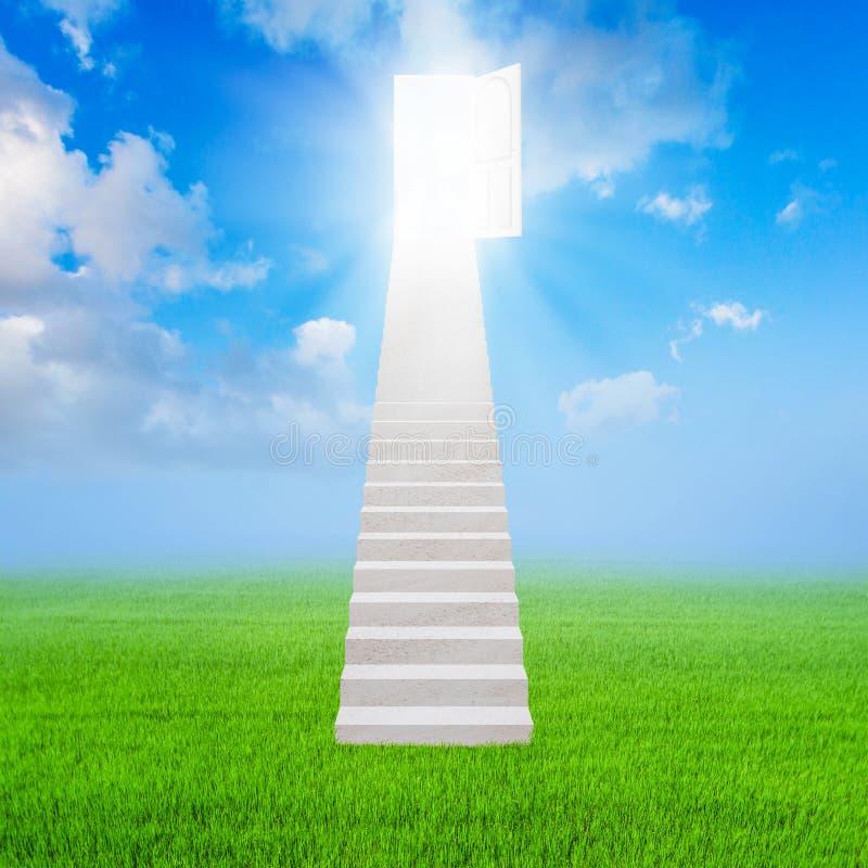 La escalera blanca hasta abre el éxito de la puerta y la hierba verde stock de ilustración