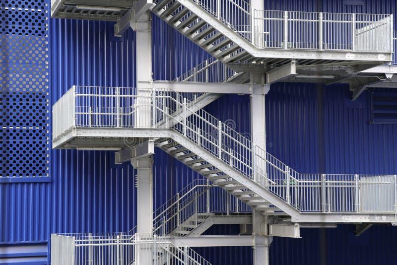 La escalera de acero del edificio de la fábrica imagenes de archivo