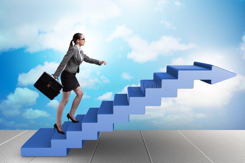 La escalera de la carrera de la empresaria que sube en concepto del negocio foto de archivo libre de regalías