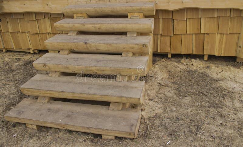 La escalera de madera en el pórtico imagenes de archivo