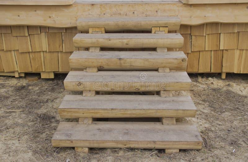 La escalera de madera en el p?rtico imágenes de archivo libres de regalías
