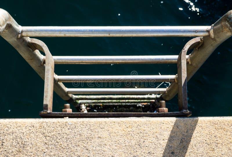 La escalera del acerocromo lleva en agua de un océano, mar profundo de Sydney Harbour foto de archivo libre de regalías