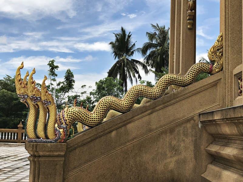 La escalera del Naga de un templo imagenes de archivo
