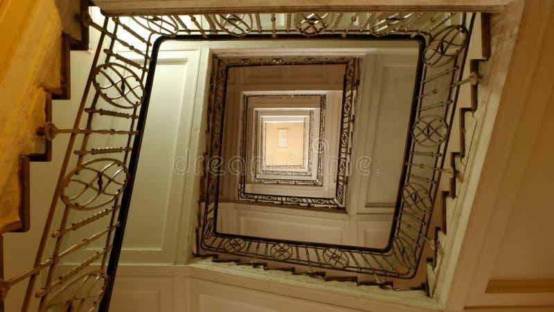 La escalera espiral en el edificio viejo, Lviv, Ucrania foto de archivo