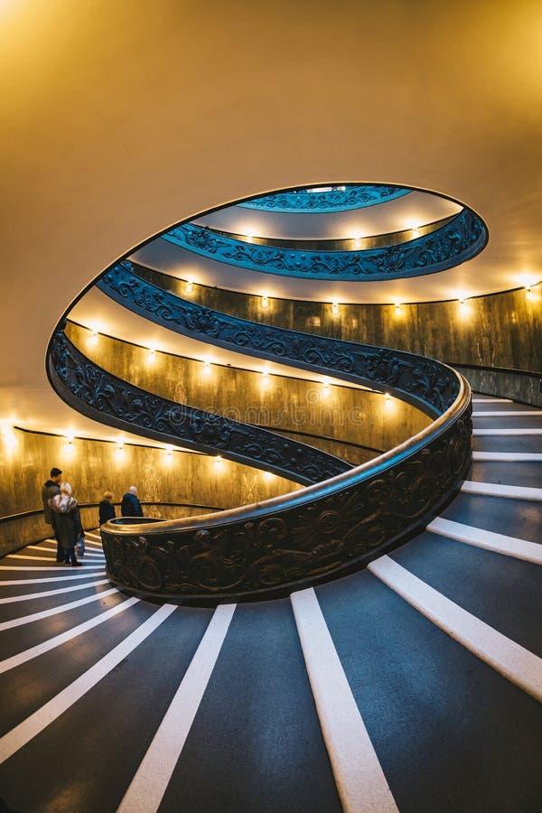 La escalera espiral en museos del Vaticano foto de archivo libre de regalías