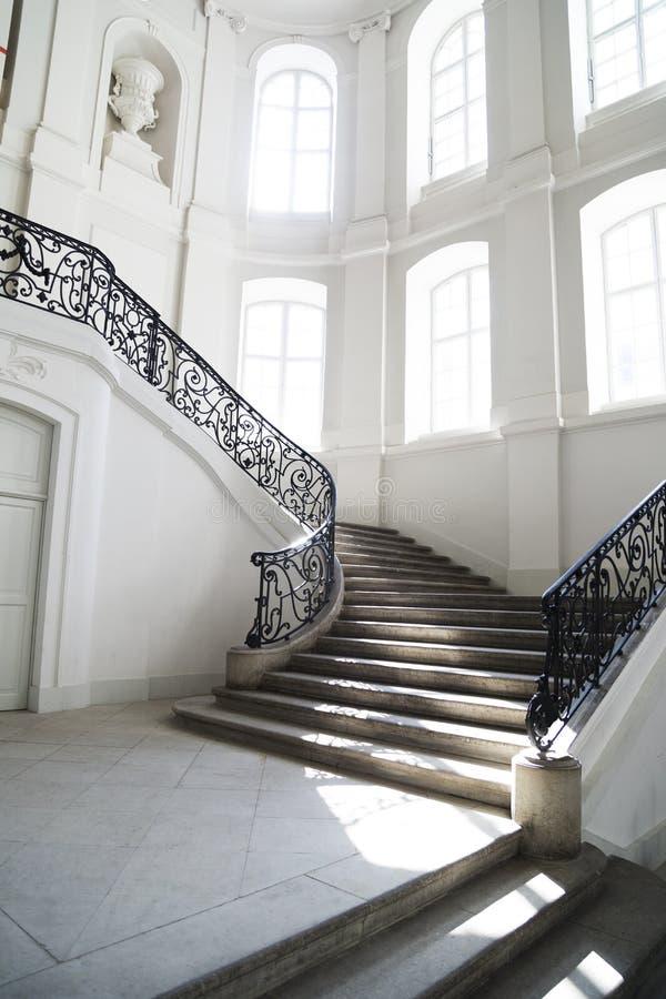 La escalera grande con el metal a cielo abierto curvó la barandilla dentro imagen de archivo libre de regalías