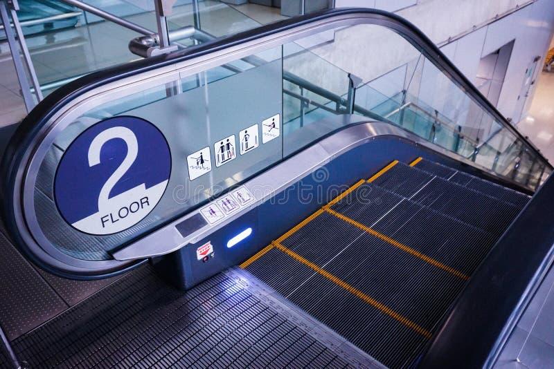 La escalera móvil en el piso del metro imagen de archivo libre de regalías