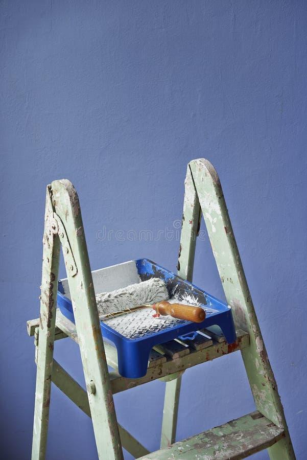 La escalera, pintura puede y rodillo de pintura imagen de archivo