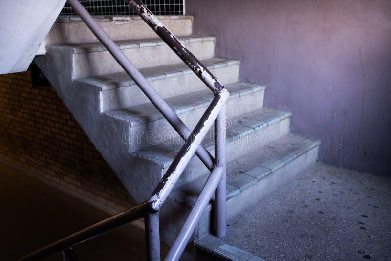 La escalera vieja en centro comercial fotografía de archivo