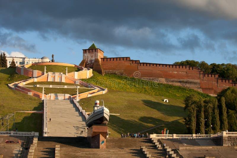 La escalera y el Kremlin de Chkalov se elevan en Nizhny Novgorod, Rusia imagenes de archivo