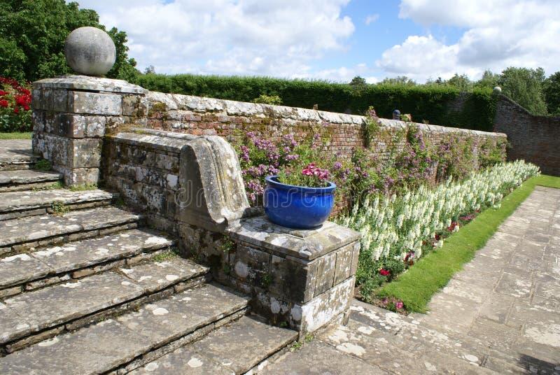 La escalera y un camino del jardín del castillo de Herstmonceux fotografía de archivo