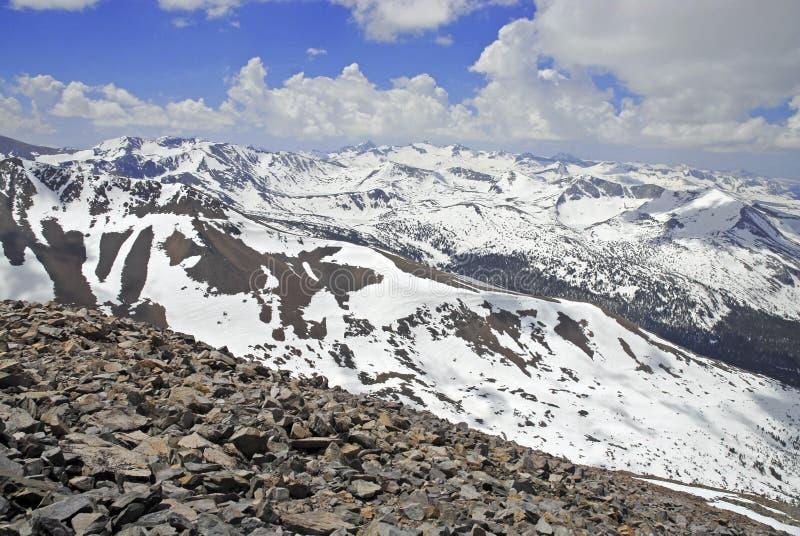 La escena alpina con nieve capsuló las montañas en el parque nacional de Yosemite fotografía de archivo libre de regalías