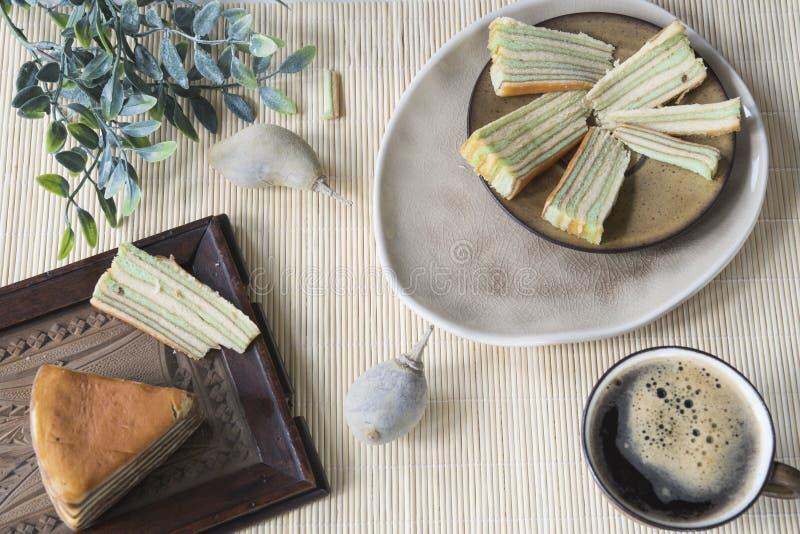 La escena asiática de la tabla con la torta acodada multi llamó 'legit del lapislázuli 'o el 'spekkoek 'de Indonesia imagenes de archivo