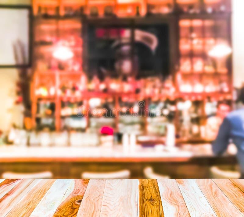 La escena de la sobremesa de madera con el extracto empañó el fondo en restaurante abierto fotos de archivo